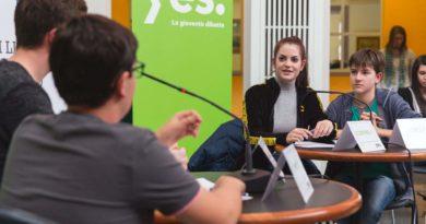 """Giovani concorrenti al concorso """"La gioventù dibatte"""""""